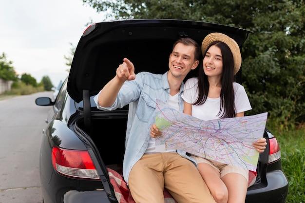 Couple romantique en faisant une pause sur la route
