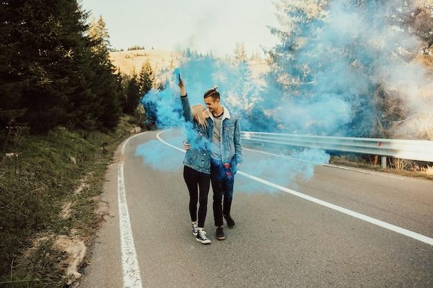 Couple romantique avec fumée de couleur bleue.