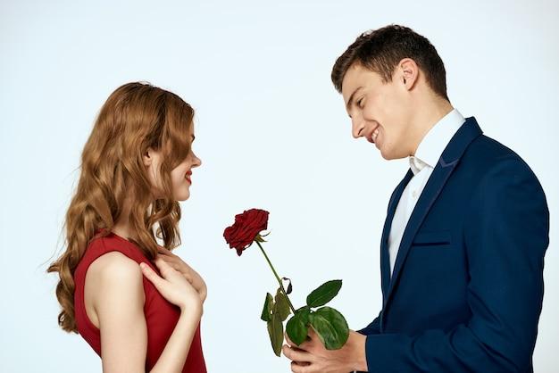 Couple romantique. l'homme donne des roses à la femme.