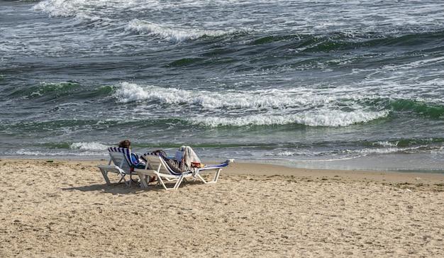 Couple romantique sur la mer noire