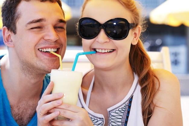 Couple romantique partageant un cocktail