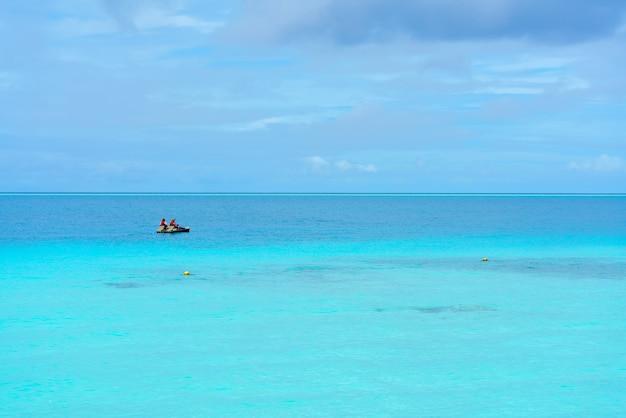 Couple romantique pédalo sur la mer dans la belle journée à l'île des maldives