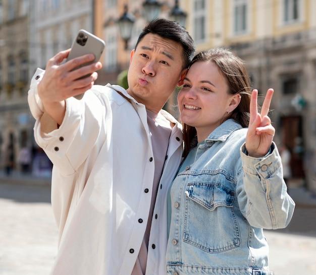 Couple romantique prenant selfie