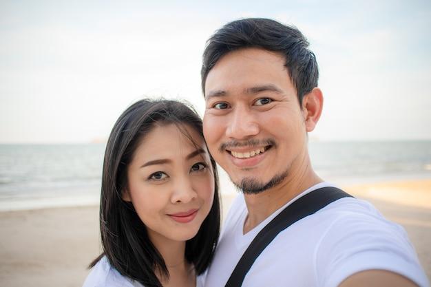 Couple romantique prend une photo de selfie sur la plage.