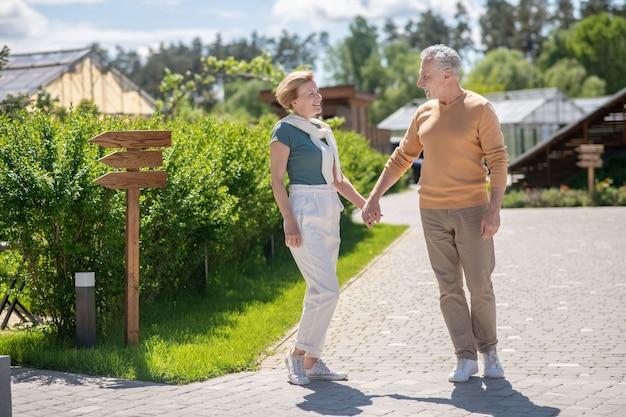 Couple romantique profitant de la société pendant la promenade matinale