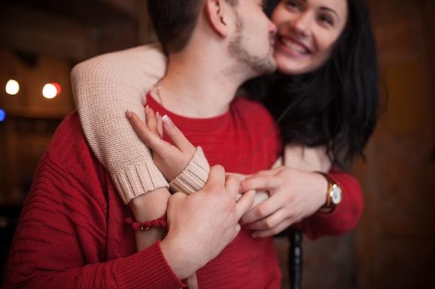 Couple romantique en pulls embrassant