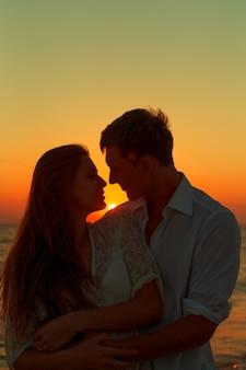Couple romantique s'embrasser sur la plage