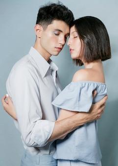 Couple romantique se tenant