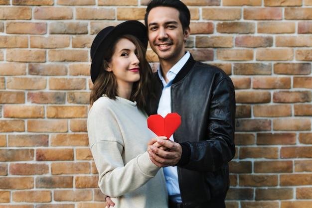 Couple romantique tenant un coeur