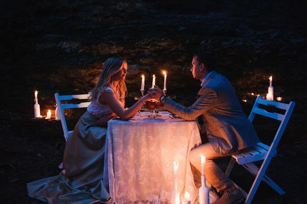 Couple romantique, tenant mains, ensemble, à, bougie, pendant, r