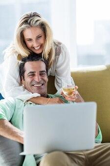 Couple romantique utilisant un ordinateur portable à la maison