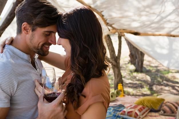 Couple romantique avec des verres à vin