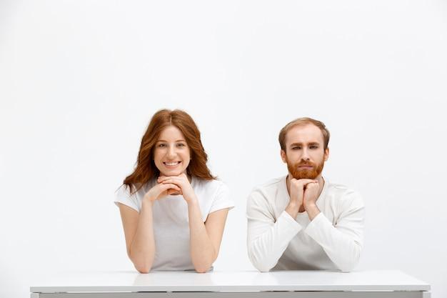 Couple rousse intrigué vous écoute