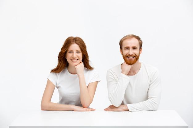 Couple rousse posant ensemble