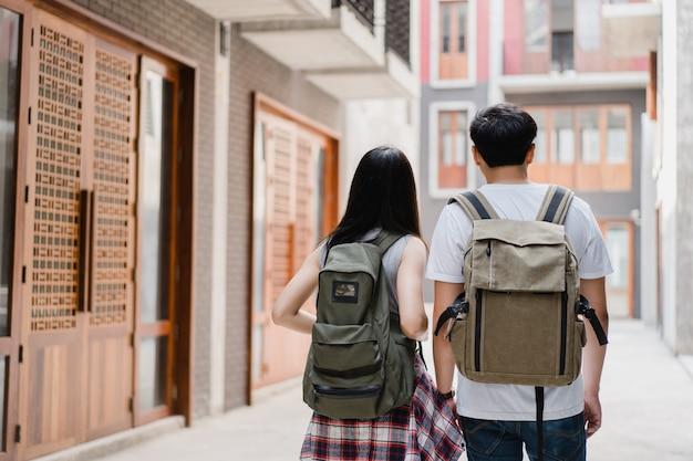 Couple de routards asiatiques se sentant heureux lors d'un voyage à beijing, en chine