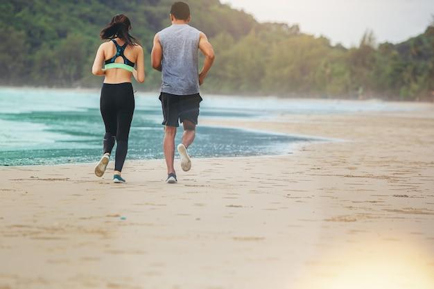 Couple runner jogging athlètes ensemble sur la plage