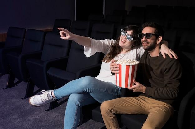 Couple s'amusant au cinéma