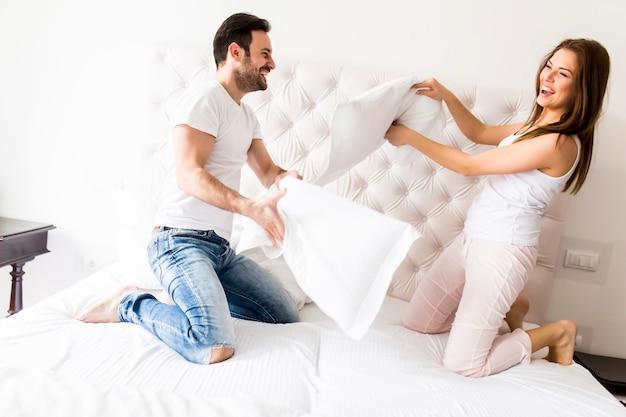 Couple s'amusant au lit