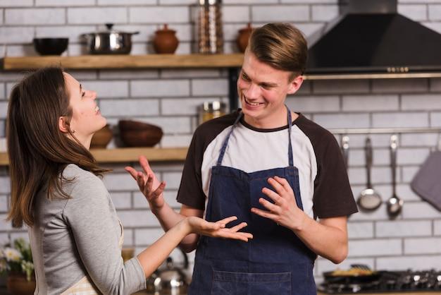 Couple s'amusant dans la cuisine
