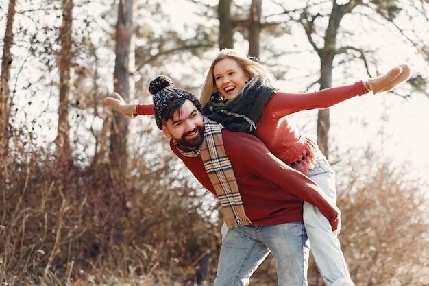 Couple s'amusant dans une forêt au printemps