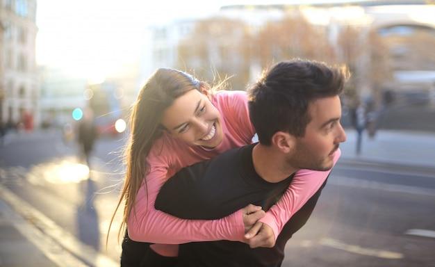 Couple s'amusant dans la rue