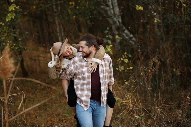 Couple s'amusant ensemble à l'automne