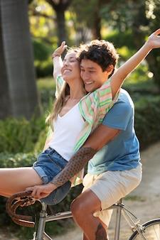 Couple s'amusant à l'extérieur avec un vélo