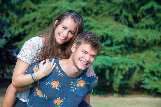 Couple s'amuse dans le parc