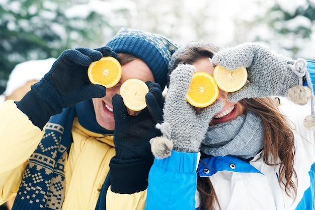 Couple s'amuser avec des vitamines naturelles en hiver