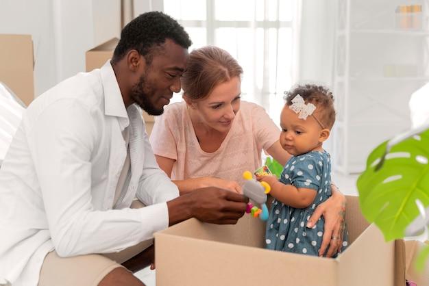 Couple s'apprêtant à déménager avec leur fille