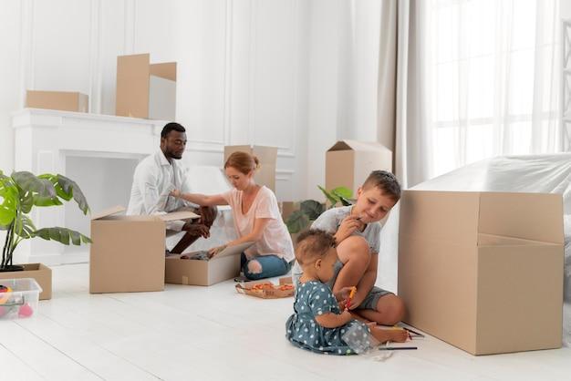 Couple s'apprêtant à déménager avec leurs enfants