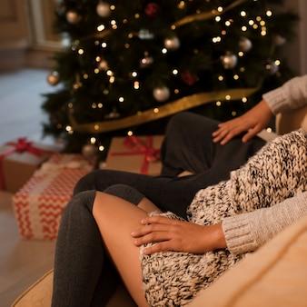 Couple, s'asseoir divan, près, arbre noël