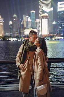 Couple s'embrassant au bord de l'eau du bund à shanghai chine