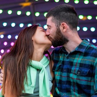 Couple s'embrassant au parc d'attractions
