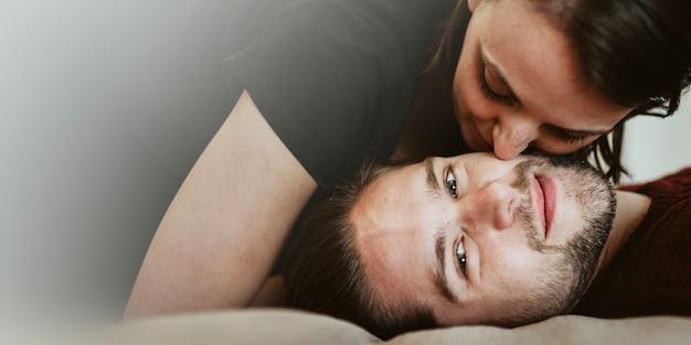 Couple s'embrassant dans le lit