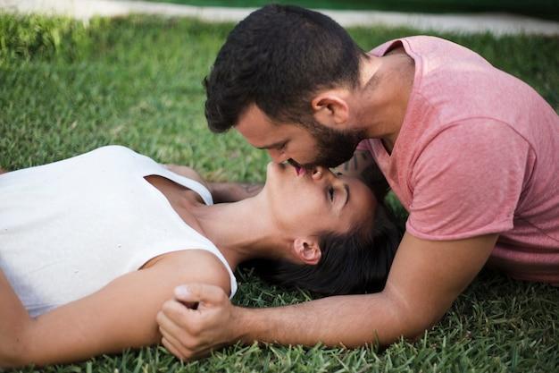 Couple s'embrassant dans le parc