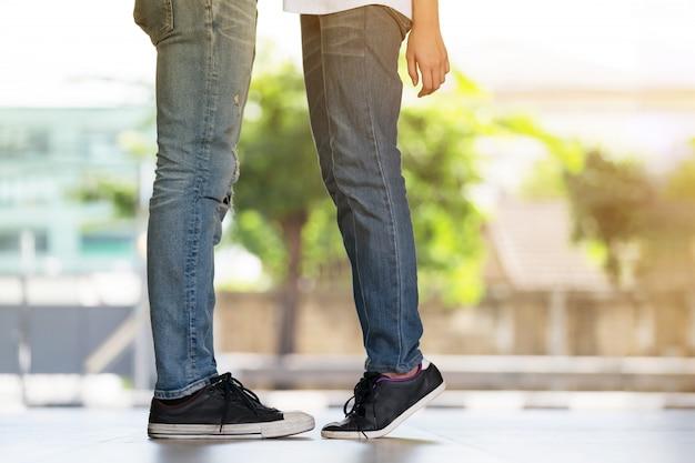 Couple s'embrassant, les filles se dresse sur la pointe des pieds pour embrasser son homme