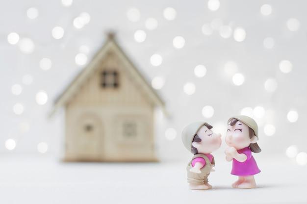 Couple s'embrassant avec fond de maison