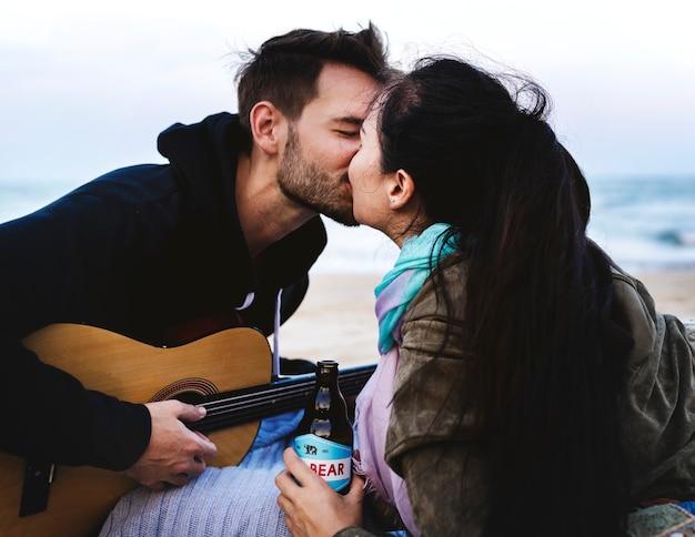 Couple s'embrassant à la plage