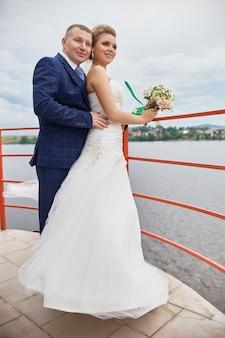 Un couple s'embrasse et s'embrasse près de l'eau