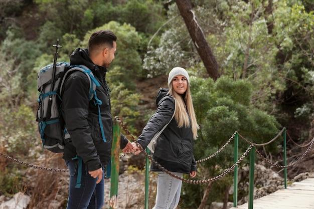 Couple avec sac à dos explorant la nature