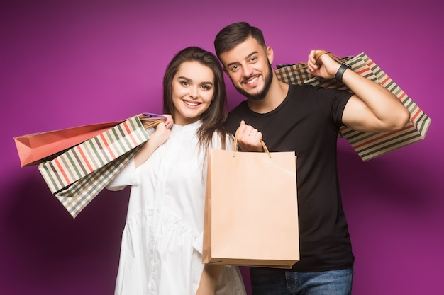 Couple avec des sacs de luxe violet achats de luxe de couple heureux