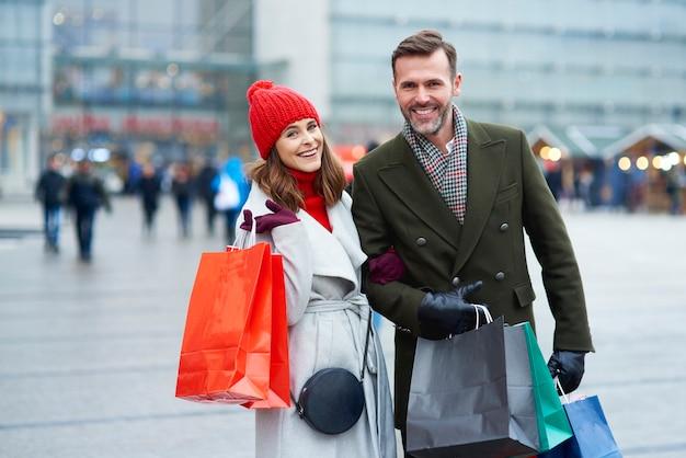 Couple avec des sacs à provisions dans la ville