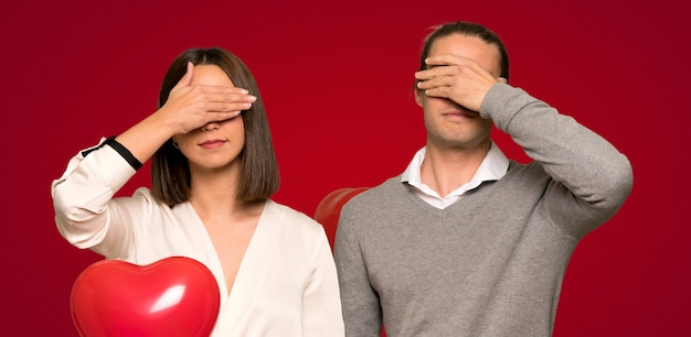 Couple en saint valentin couvrant les yeux à la main. je ne veux pas voir quelque chose