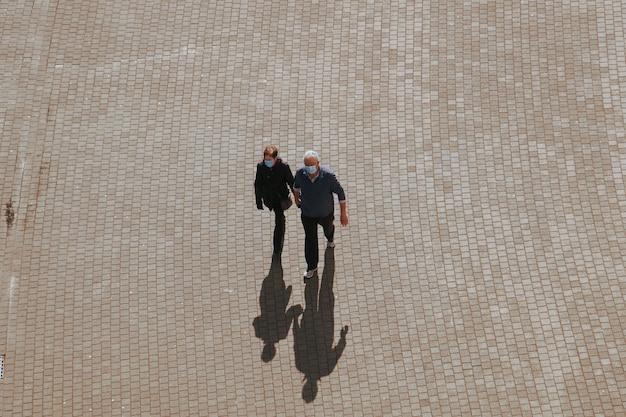 Couple en saint valentin dans la rue dans la ville de bilbao espagne
