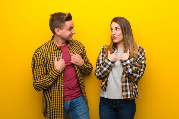 Couple en saint valentin avec une expression faciale surprise