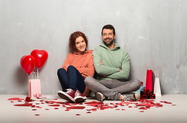 Couple en saint valentin en gardant les bras croisés