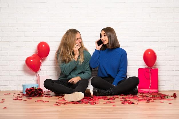 Couple, saint valentin, garder conversation, téléphone portable
