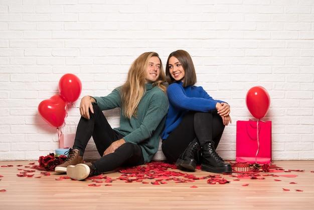 Couple, saint valentin, garder croisé bras, regarder, autre