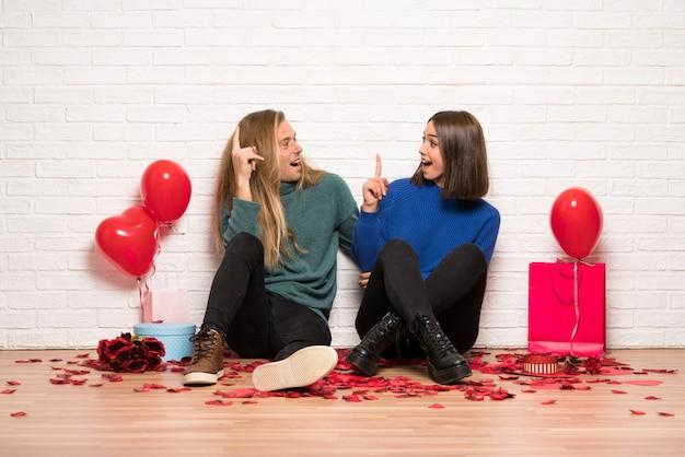 Couple à la saint-valentin avec l'intention de réaliser la solution tout en levant le doigt